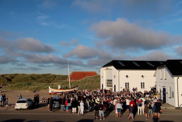 Sange ved havet - fællessang i solnedgangen ved Havbådehuset i Slettestrand